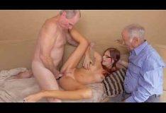 Novinha dando pra homens mais velhos