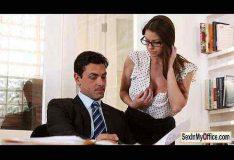 Comendo a secretaria dentro do escritório