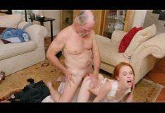 Pai transando com sua própria filha
